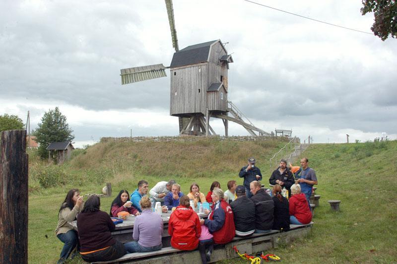 Die Bockwindmühle in Wanzer ist ein interessantes Ausflugsziel für Radler - so wie hier bei einem Radausflug des Fördervereins Wahrenberg.